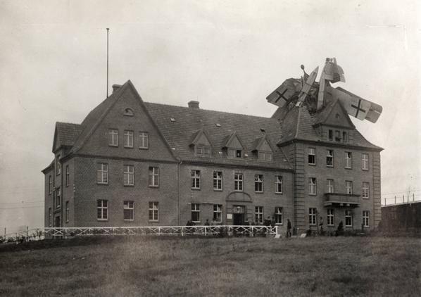 """Un idrovolante tedesco """"Friedrichshafen"""" schiantato su un edificio in Germania, 1918"""