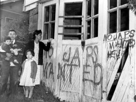 Una famiglia giapponese torna a casa (Seattle, Washington) da un campo di centro di trasferimento in Hunt, Idaho il 10 maggio 1945