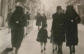 Una donna musulmana copre la stella gialla del suo vicino di casa ebreo con il velo per proteggerla, Sarajevo 1941