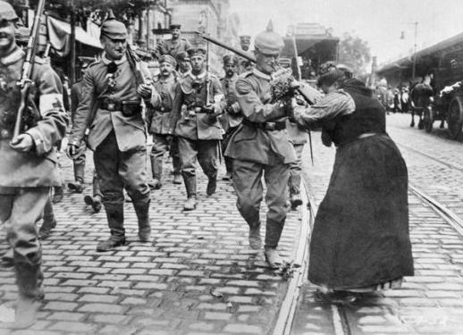 Una donna dà fiori a un soldato tedesco che sta partendo per il fronte, Berlino, agosto 1914