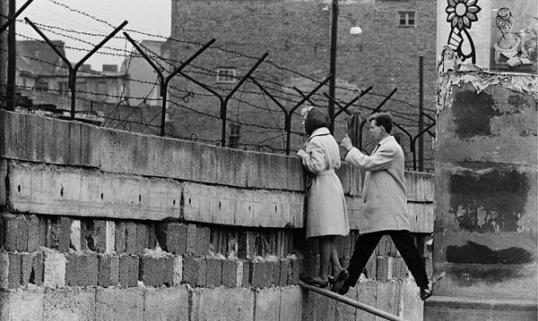 Una giovane coppia di Berlino Ovest sul muro parla con la madre della donna che sta a Berlino Est, 1960