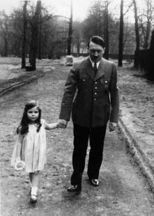 Adolf Hitler durante una passeggiata con Helga Goebbels 1936