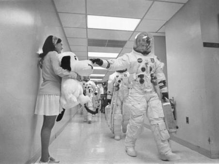 Tom Stafford, comandante di Apollo 10, accarezza il naso di uno Snoopy gigante prima del lancio. 1969
