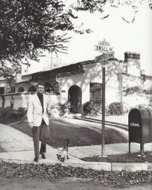 Cary Grant che cammina il suo gatto a Beverly Hills 1955