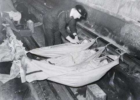 Bambini che dormono nella metropolitana inglese, 1939