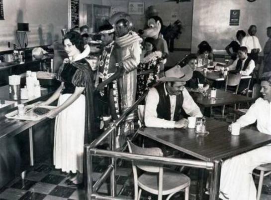 Dipendenti di Disneyland in una caffetteria nel 1961