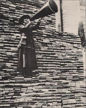 All'inizio del 1910, una donna chiede libri in donazione alla Biblioteca Pubblica di New York sulla Fifth Avenue