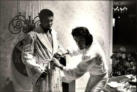 """Elvis Presley aiuta Muhammad Ali a indossare la veste di """"Campione del Popolo"""" (14 febbraio 1973)"""