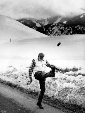 Ernest Hemingway dà calci una lattina di birra, 1959 Fotografia di John Bryson