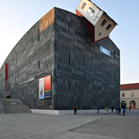 Installazionedell'artista austriacoErwin Wurm