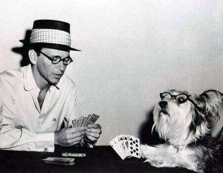 Frank Sinatra gioca a carte col suo cane