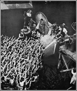 Fritz Lang (con il megafono) mentre dirige Metropolis, 1926