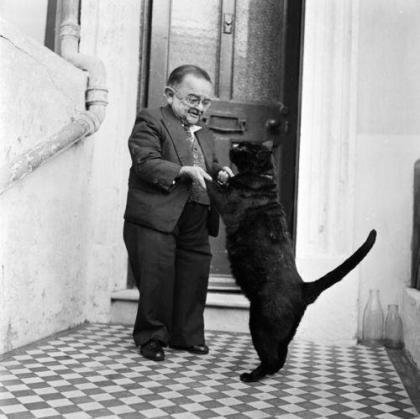 Henry Behrens, l'uomo più piccolo del mondo, danza con il suo gatto, 1956