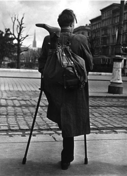 Soldato di ritorno dalla guerra, Vienna, 1946-1948 (foto di Ernst Haas)
