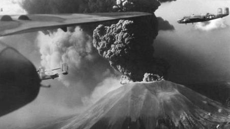 L'eruzione del Vesuvio immortalata dai piloti americani della seconda guerra mondiale, marzo 1944
