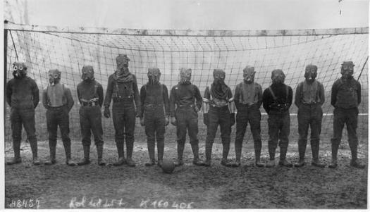 Squadra di calcio di soldati britannici con maschere antigas, Prima Guerra Mondiale, da qualche parte nel nord della Francia 1916