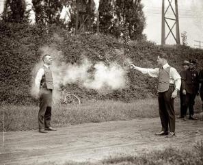 Test di un giubbotto antiproiettile 1923