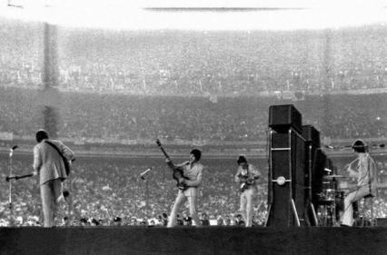 I Beatles allo Shea Stadium, uno dei primi grandi concerti allo stadio della storia, con oltre 55.000 fan, 1965
