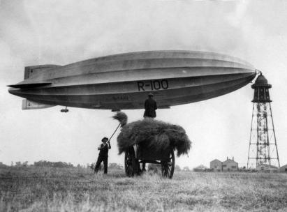 Il dirigibile Zeppelin collegato all'albero di ormeggio in Bedforshire, prima del suo viaggio verso il Canada, luglio 1928