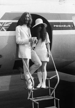 Yoko Ono e John Lennon nel giorno il loro matrimonio, 1969