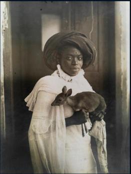 Giovane donna keniota e il suo animale domestico (un cervo) a Mombasa, marzo 1909
