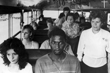 Un uomo sale su un autobus solo per passeggeri bianchi a Durban. Resistenza alle politiche di apartheid del Sud Africa 1986
