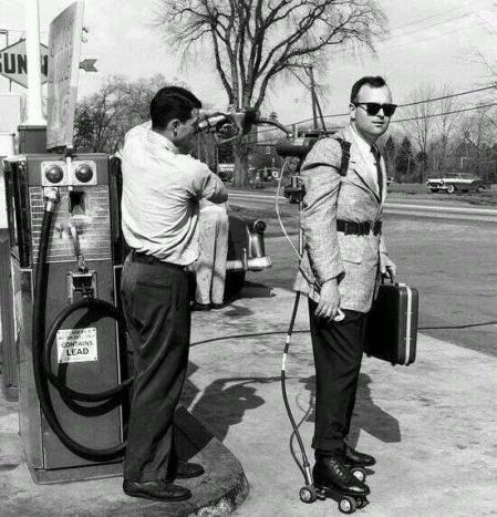 Un venditore con pattini motorizzati che fa benzina al distributore, Connecticut, 1961