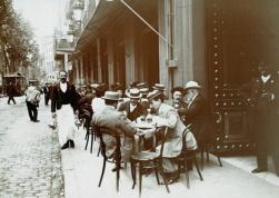 Un cameriere che lavora su La Rambla qualche tempo prima del 1910. Immagine dell'archivio storico della città di Barcellona