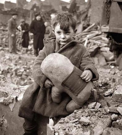 Un ragazzo abbandonato stringe un peluche tra le rovine dopo il bombardamento aereo tedesco di Londra 1940