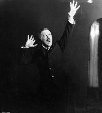 Adolf Hitler si esercita a parlare di fronte al pubblico, 1925