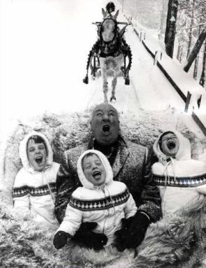 Alfred Hitchcock si gusta i fiocchi di neve durante una gita in slitta con i suoi nipoti, 1960