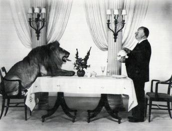 Alfred Hitchcock che serve il tè a Leo il Leone, mascotte della MGM 1958