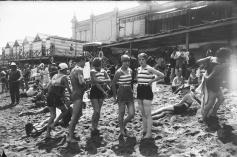 Bagnanti sulla spiaggia alle Terme di San Sebastian, Barcellona (1920)