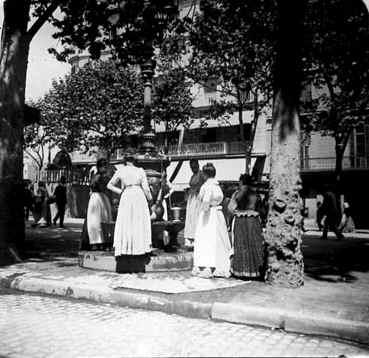 Barcellona - Las Ramblas de las Canaletas. Donne prendono acqua alla fontana