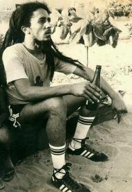 Bob Marley beveuna birra dopo una partita di calcio