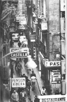 Carrer Escudellers, Barcellona, 1950. Foto di Oriol Maspons