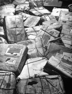 Pacchetti di Natale per i militari della seconda guerra mondiale dispersi o uccisi in azione si accumulano in un ufficio postale di New York 1944