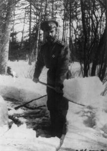 Zar Nicola II spala la neve in un parco mentre è sotto prigionia in Carskoe Selo, Russia, 1917