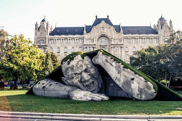 Scultura gigantedell'artista ungherese Ervin Loránth Hervé
