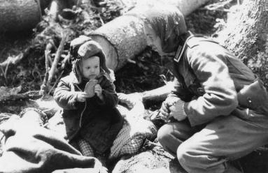 Soldato tedesco che dà pane a un ragazzo russo orfano 1942