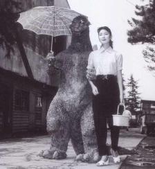 Haruo Nakajima e Momoko Kochi sul set di Godzilla 1954