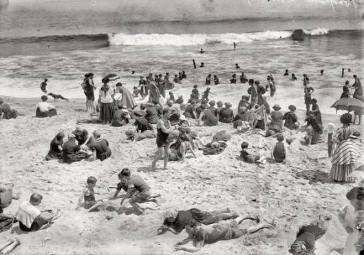 Abiti lunghi in spiaggia, 1910