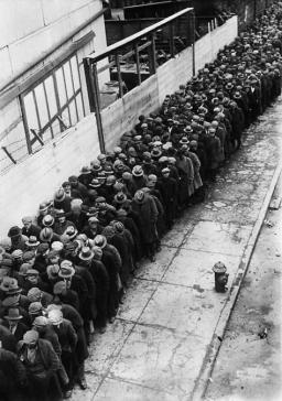 Uomini in attesa in una linea per la possibilità di un lavoro durante la Grande Depressione