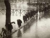 Parigini trovano un modo per mantenere i piedi asciutti, dopo una marea della Senna nel 1924