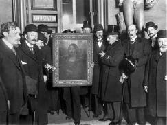 Persone riunite intorno alla Mona Lisa sul suo ritorno a Parigi nel gennaio 1914, più di due anni dopo è stato rubato