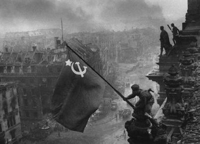 Bandiera sovietica sul Reichstag, Berlino, maggio 1945