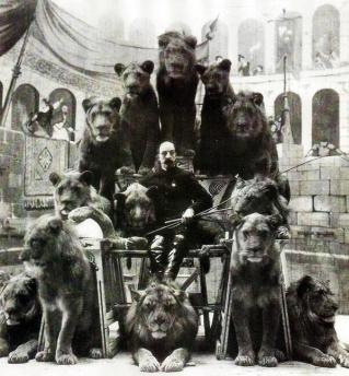Il domatore del circo russo, il capitano Jack Bonavita, posa con alcuni dei suoi leoni 1905