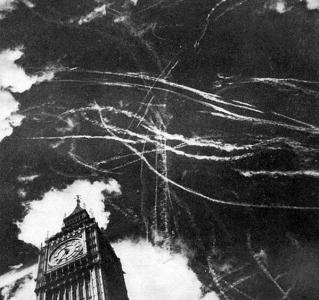 Il cielo di Londra a seguito di un bombardamento e la battaglia tra aerei inglesi e tedeschi nel 1940