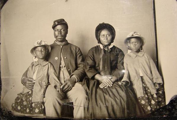 L'unica fotografia nota di un soldato americano dell'Unione Africana con la sua famiglia, circa 1863