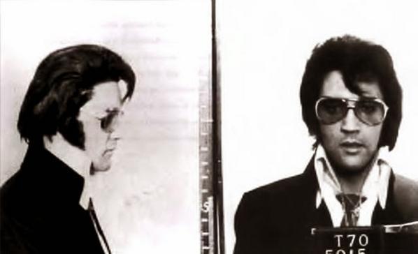 Questa foto segnaletica è stata scattata nel 1970, presso la sede dell'FBI di Washington DC, quando Elvis ha visitato il presidente Nixon